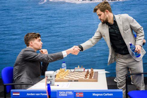 Jorden van Foreest speelt remise tegen wereldkampioen Magnus Carlsen