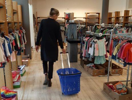 Supermarkt Jumbo zamelt 1.600 euro in voor kledingbank Maxima